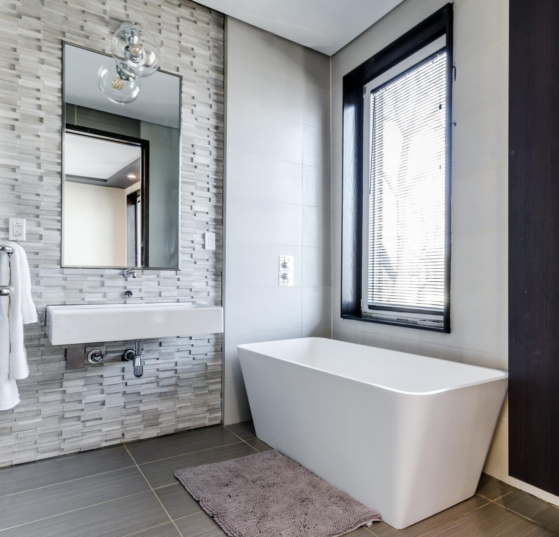 salle de bain avec baignoire rectangle