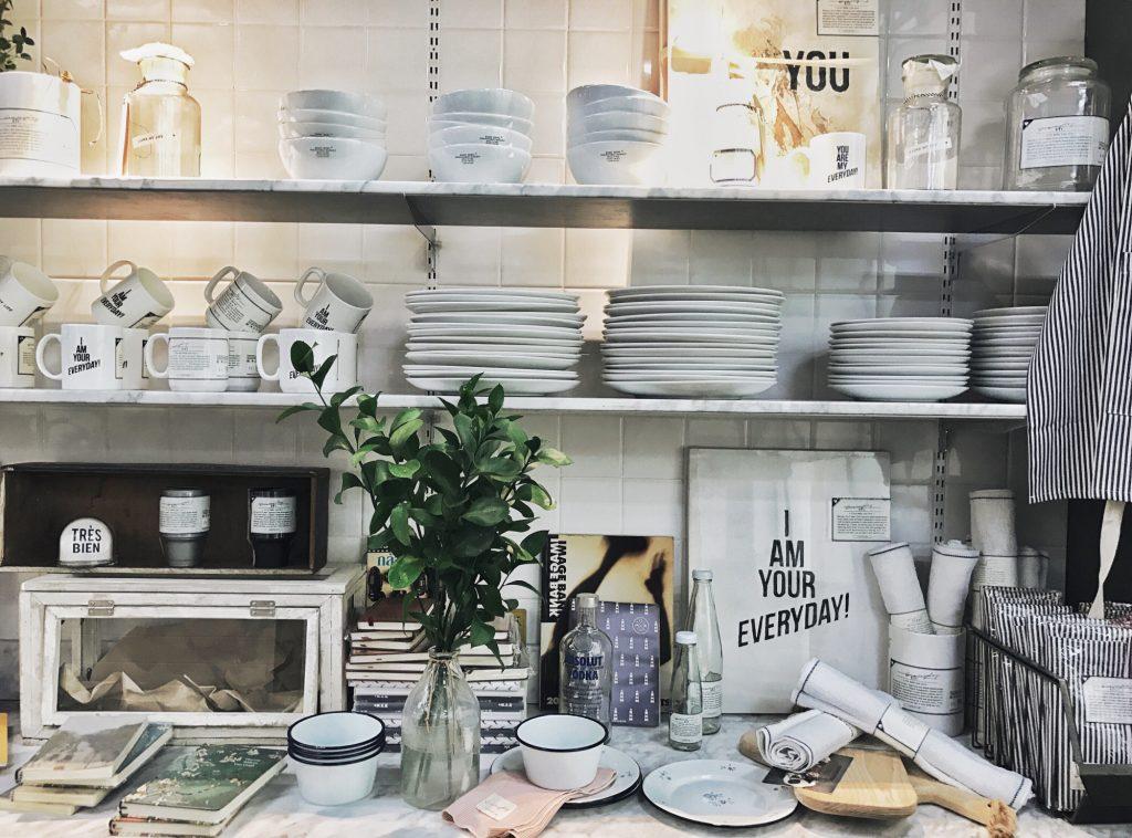vaisselle sur étagères dans cuisine avec carrelage mural blanc